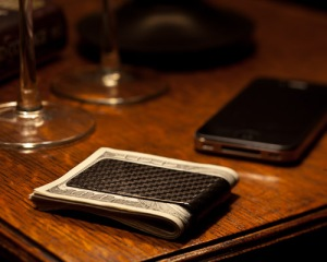 koolstof carbon fiber money clip and iphone
