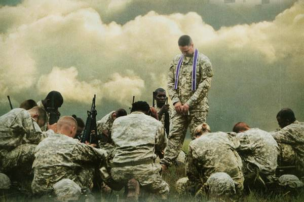 Chaplain-praying-in-the-field